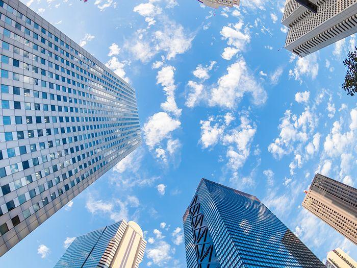 ビルの間から見える空